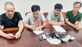 Bắt quả tang 4 đối tượng đánh bạc tại Hà Tĩnh, thu giữ gần 20 triệu đồng