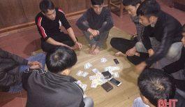 7 con bạc đang tổ chức đánh liêng thì bị bắt, thu giữ hàng chục triệu đồng